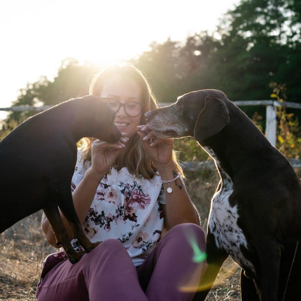 doggiepack_held_hund_mensch_pepe_pinscher_sonne_sommer